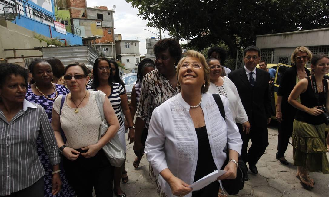 A diretora executiva da ONU Mulheres, Michelle Bachelet, visita projeto na comunidade do Cantagalo, no Rio de Janeiro Foto: Marcelo Carnaval/Agência O Globo
