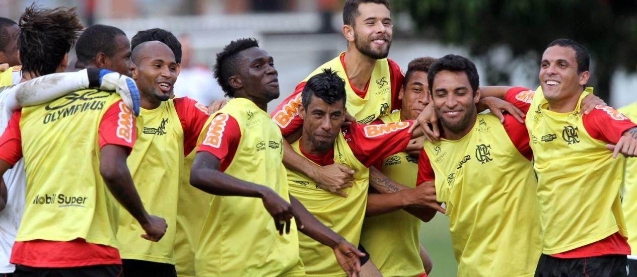 Os jogadores do Flamengo em momento de descontração no treino no Ninho do Urubu Foto: Cezar Loureiro / O Globo