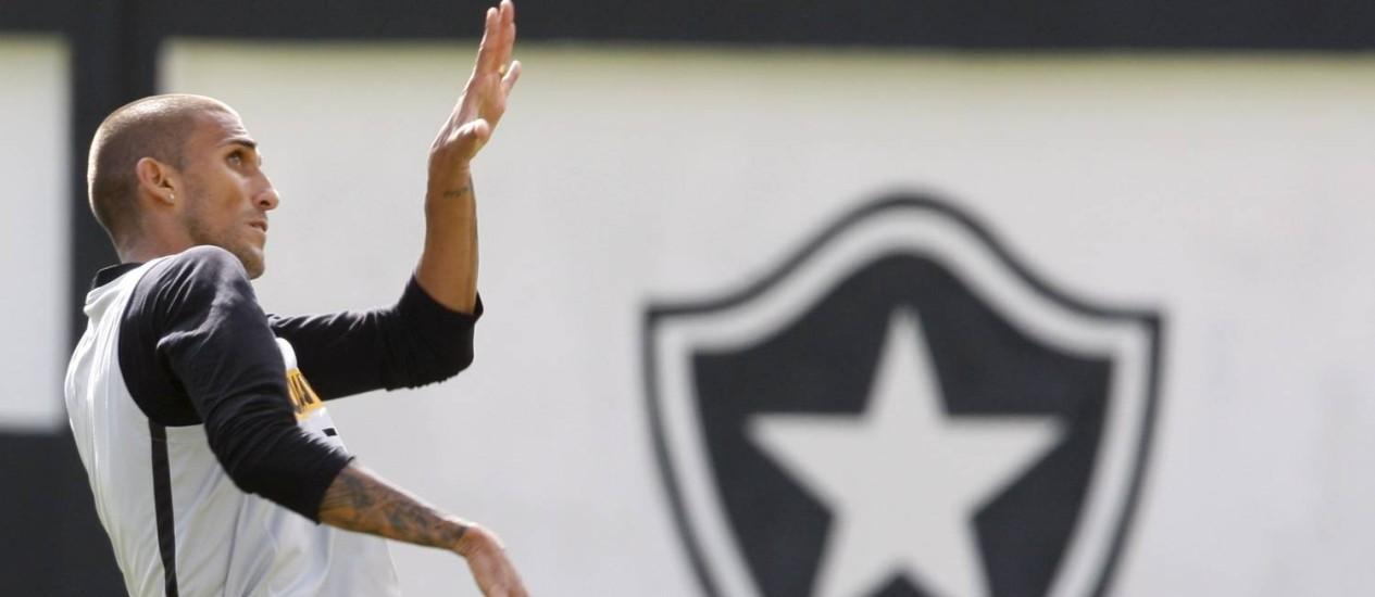 O estreante Rafael Marques aprimora o cabeceio durante o treino Foto: Marcos Tristão / O Globo