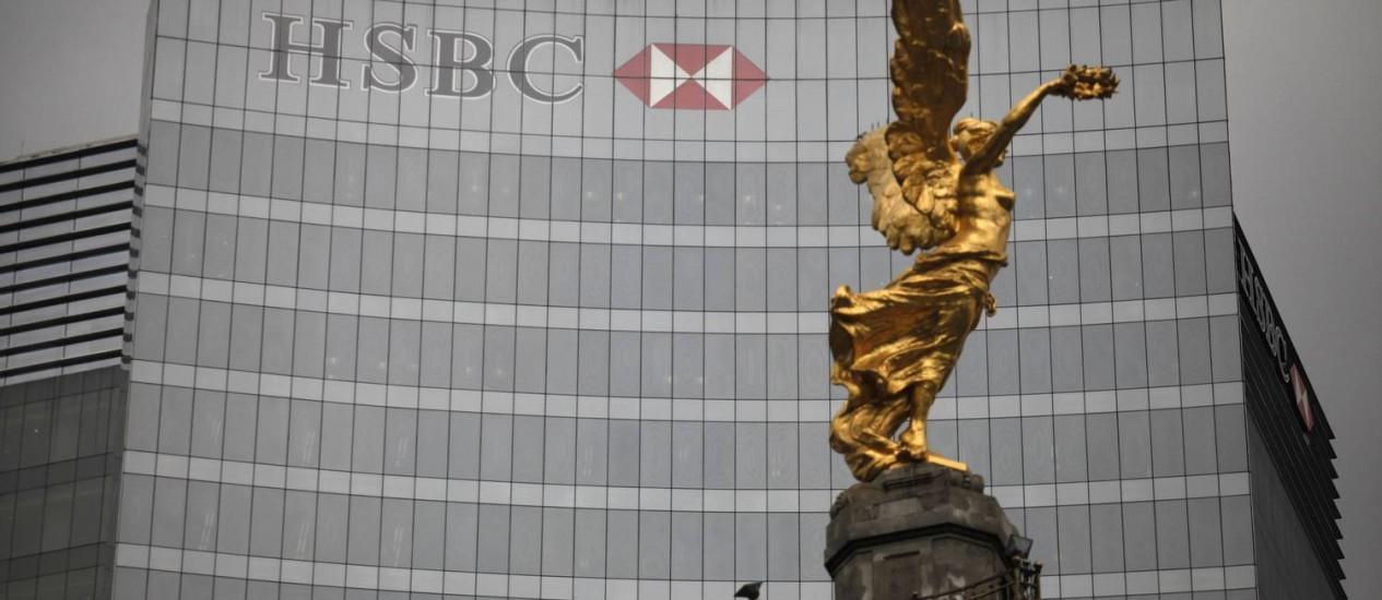 Fachada do HSBC do México, com monumento em frente: banco fechará contas em dólar da filial Foto: TOMAS BRAVO / REUTERS