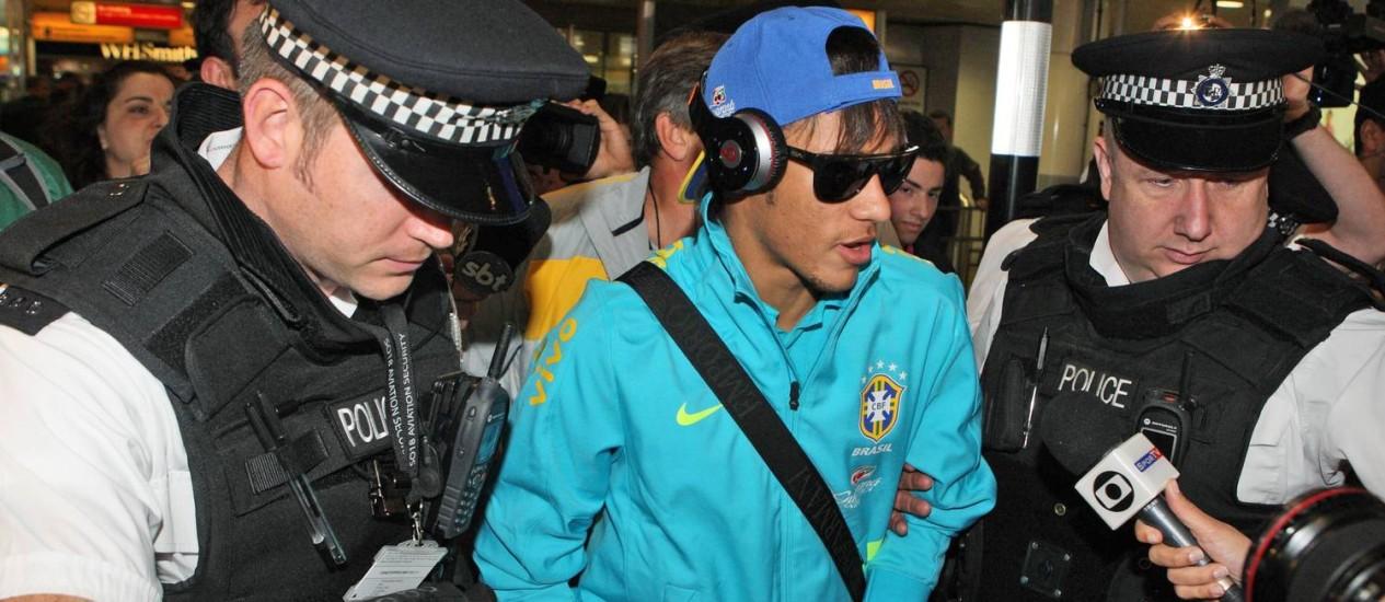 Neymar no desembarque no aeroporto em Londres Foto: Steve Persons / AP