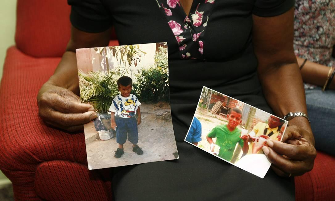 Mãe segura foto do filho adotivo Moacyr, morto com três tiros na Bahia Foto: Terceiro / Agência O Globo