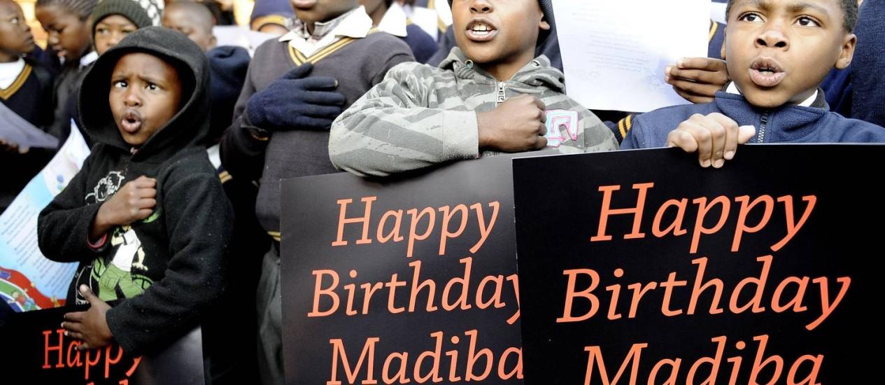 """Crianças cantam """"Parabéns para você"""" para Nelson Mandela numa escola em Soweto: coro de 12 milhões de vozes infantis Foto: AFP"""
