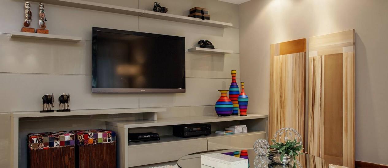 ILUMINAÇÃO combinada com objeto colorido, madeira e tapete felpudo reforçam a sensação de aconchego Foto: Divulgação