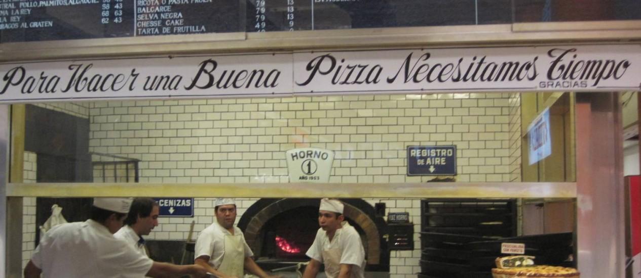Forno a lenha da Pizzaria La Rey, popular em dias de jogos de futebol. Foto: Lucila Runnacles / Agência O Globo