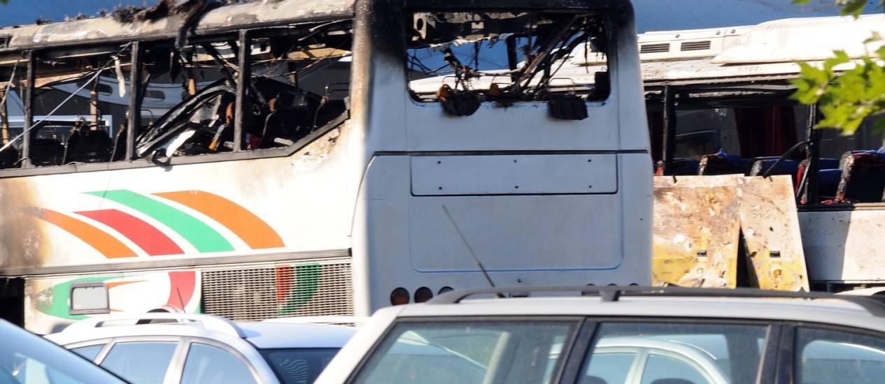Explosão destruiu parte superior de ônibus na Bulgária Foto: STR / AFP
