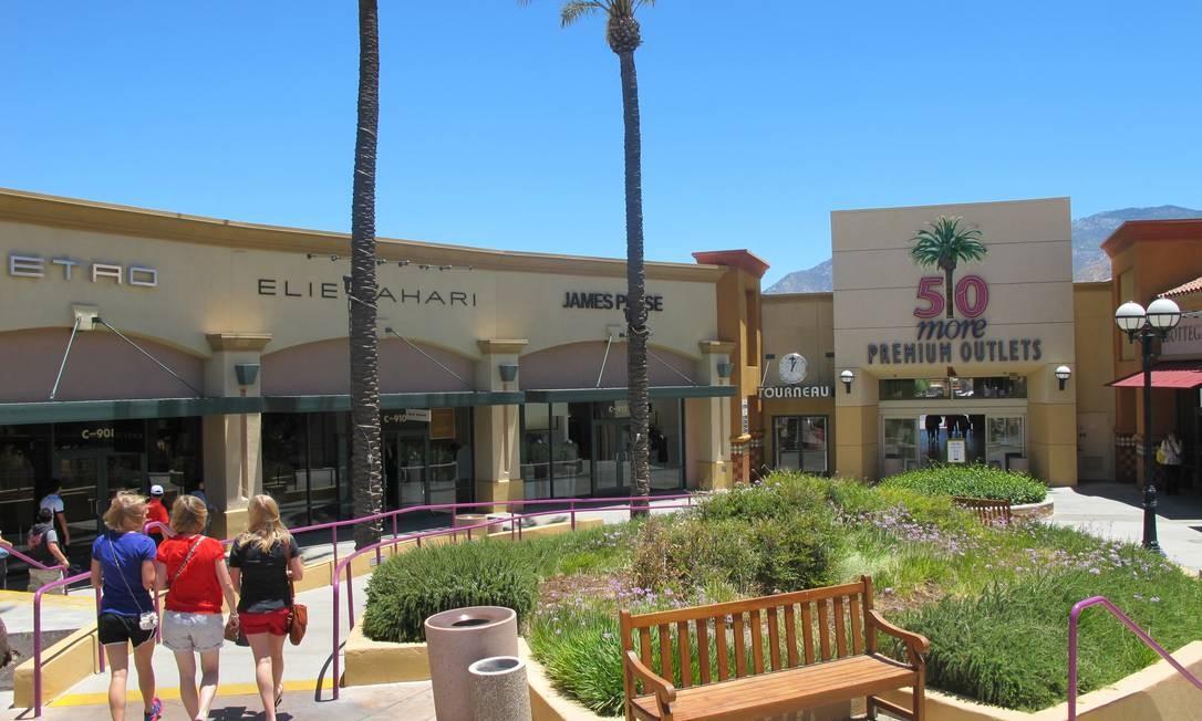 8da5b5a3d Jovens vão às compras no Desert Hills Premium Outlets, no caminho para Palm  Springs Foto