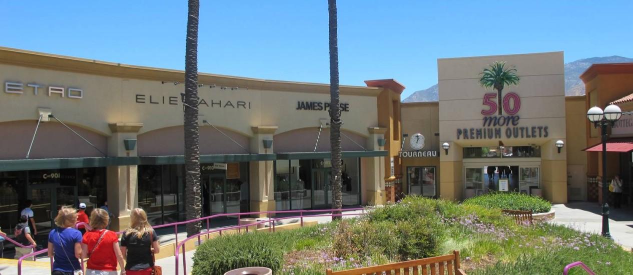 Jovens vão às compras no Desert Hills Premium Outlets, no caminho para Palm Springs Foto: Eduardo Maia / O Globo