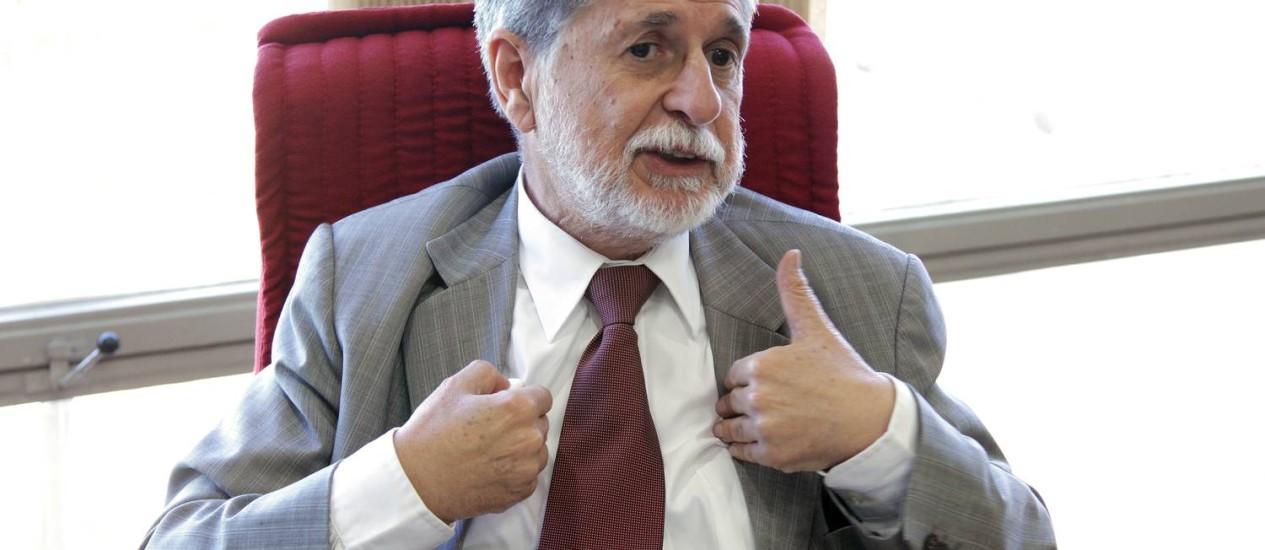 Celso Amorim (foto) e Marco Antônio Raupp são os ministros com os maiores salários brutos do Poder Executivo. Mas os descontos em folha e o abate-teto deixam seus rendimentos na faixa de R$ 20 mil Foto: O Globo / Sergio Marques