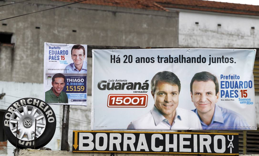 Propaganda instalada no bairro de Benfica mostra o vereador Guaraná ao lado de Paes Foto: O Globo / Pablo Jacob