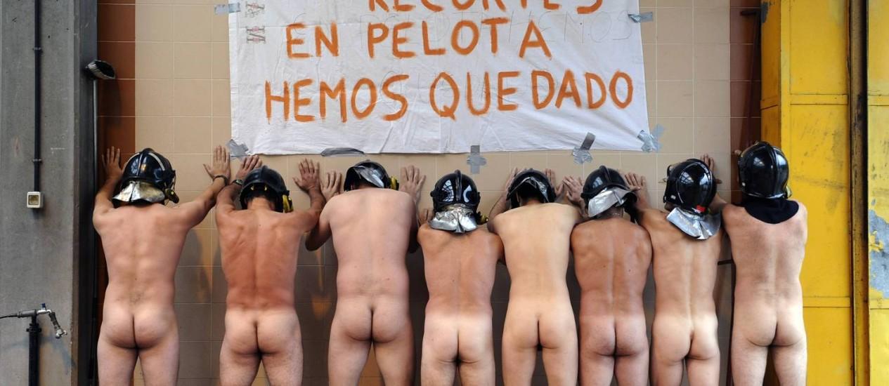 Bombeiros nus protestam contra medidas de austeridade aprovadas pelo governo espanhol Foto: ELOY ALONSO / REUTERS
