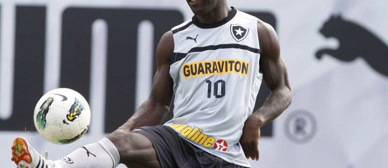 Seedorf em treino do Botafogo em General Severiano. Depois de acompanhar o time no estádio, chegou a hora da estreia em campo Foto: Marcos Tristão / Agência O Globo