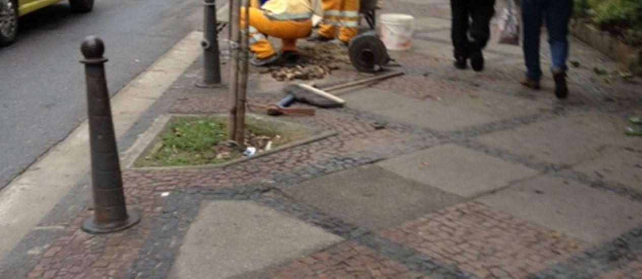 Operários trabaham na recuperação do calçamento da Rua do Lavradio, na Lapa, após publicação de reportagem do Eu-repórter Foto: Foto do leitor Paulo Caratori / Eu-repórter
