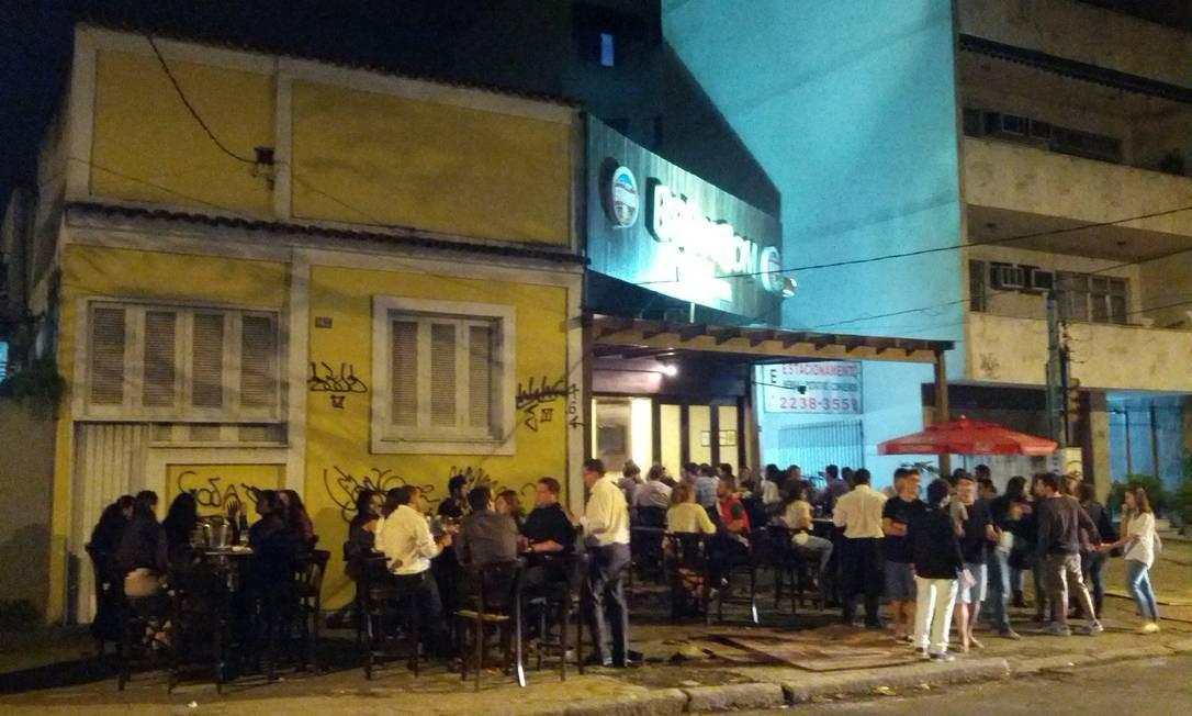 Pedestres não conseguem passar facilmente pela calçada da Rua Felipe Camarão, na Tijuca Foto: Foto do leitor Ramon Nogueira / Eu-Repórter