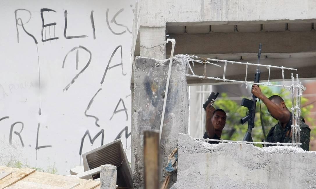 Traficantes se preparam para enfrentar a polícia dias antes da chegada dos blindados da Marinha ao Complexo do Alemão Foto: Marco Antônio Teixeira/26-11-2010 / O Globo