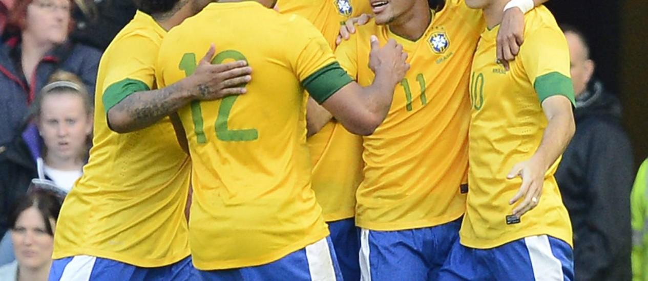 Jogadores do Brasil comemoram o gol de Neymar, o segundo da seleção na vitória sobre a Grã-Bretanha Foto: NIGEL RODDIS / REUTERS