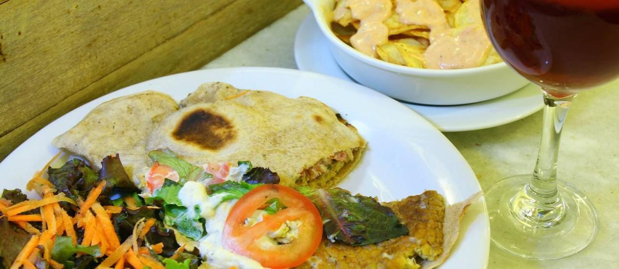 No Vegetariano Social Clube, o hambúrguer é feito de tempeh, uma soja importada da Indonésia. Para acompanhar, as batatas bravas vêm com maionese picante de tofu Foto: Foto: Rafael Moraes / O Globo