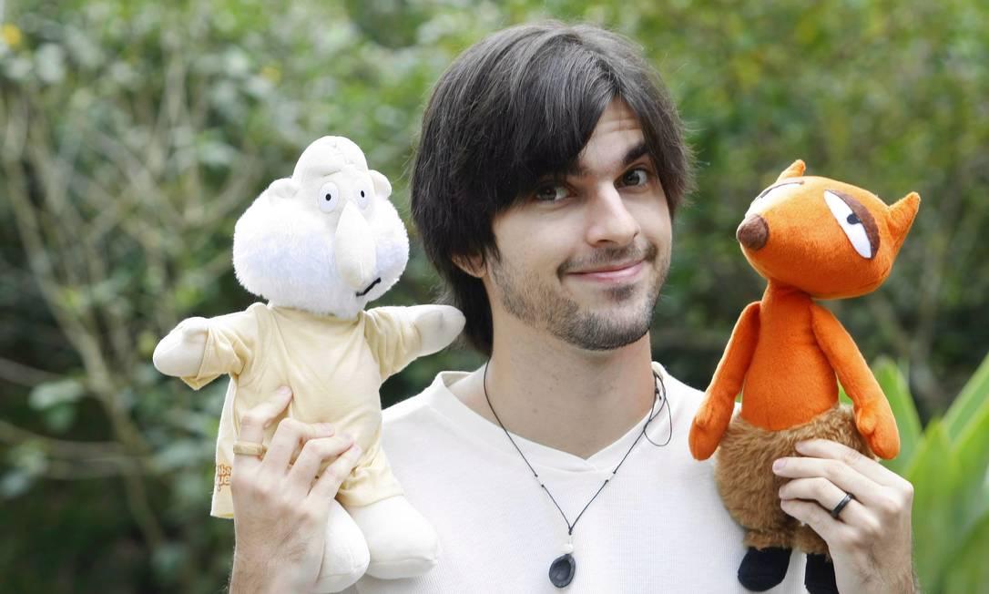 O CARTUNISTA Carlos Ruas com os personagens Deus e Luciraldo Foto: Felipe Hanower/11-10-2010