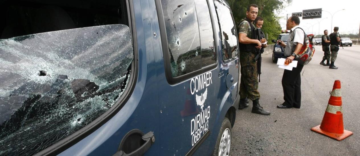 As marcas de tiros no veículo da FAB, atacado em 2010 na Linha Vermelha: incidente teria sido a gota d'água para as Forças Armadas entrarem na guerra contra o tráfico Foto: Fernando Frazão/21-11-2010 / O Globo