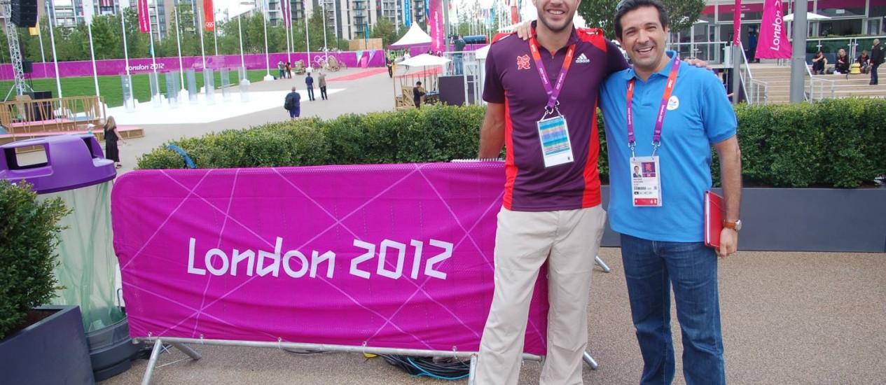 O jogador Bruno Souza, do handebol, na Vila Olímpica, ao lado do diretor da Rio-2016, Mário Cilenti Foto: Ary Cunha / Agência O Globo