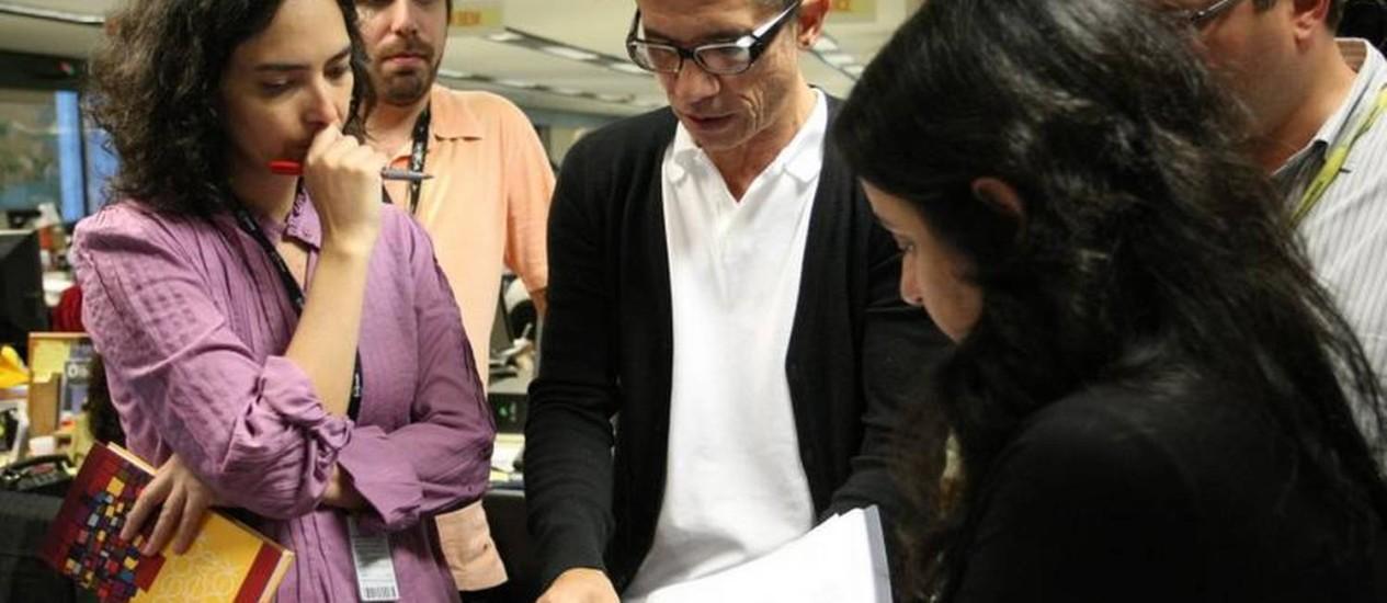 Chico Amaral com editores num dos treinamentos na redação Foto: Paula Giolito / O Globo
