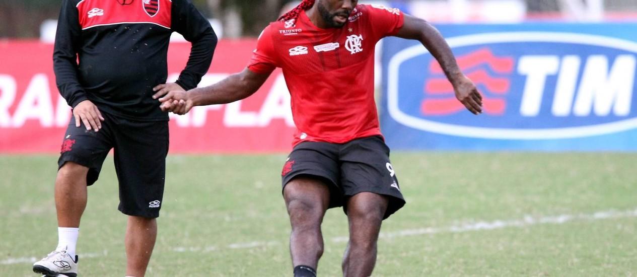 Vágner Love em treino do Flamengo no Ninho do Urubu. Atacante não marca há quatro jogos Foto: Cezar Loureiro / Agência O Globo