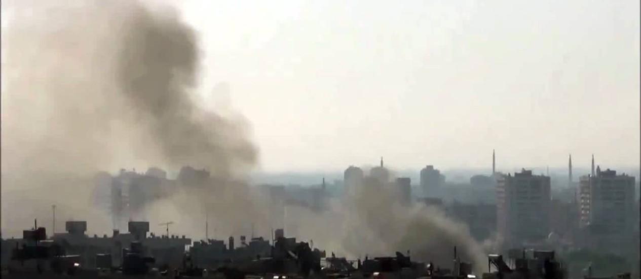 Vídeo no YouTube mostra coluna de fumaça emergindo do bairro de Mezzeh, em Damasco Foto: Reprodução