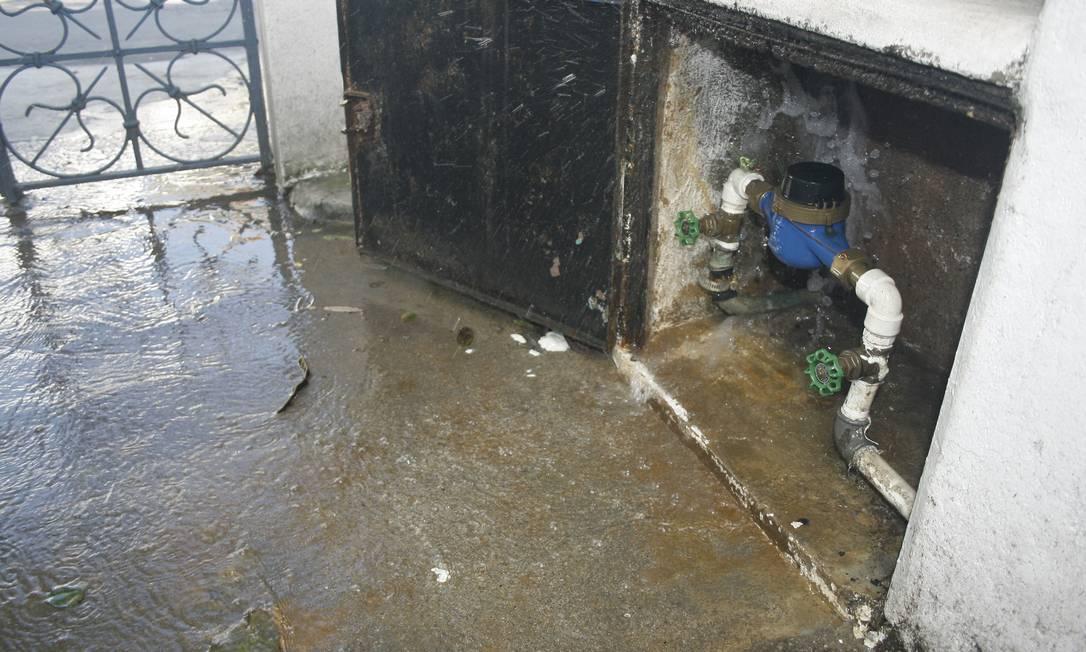 Água limpa vaza na Rua Bambuí, no Grajaú Foto do leitor Vinicius Azevedo / Eu-Repórter