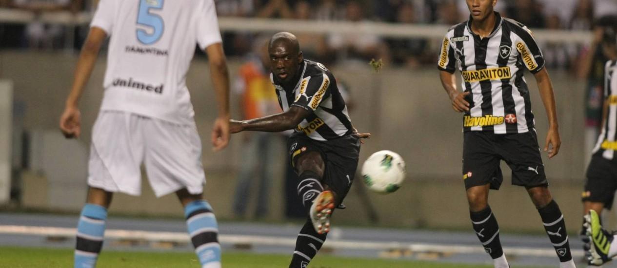 Seedorf arrisca o chute para o gol, após boa jogada individual Foto: Thiago Lontra / Agência O Globo