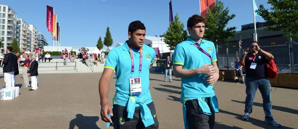 Hulk e o goleiro Rafael na Vila Olímpica Foto: KHALED DESOUKI / AFP