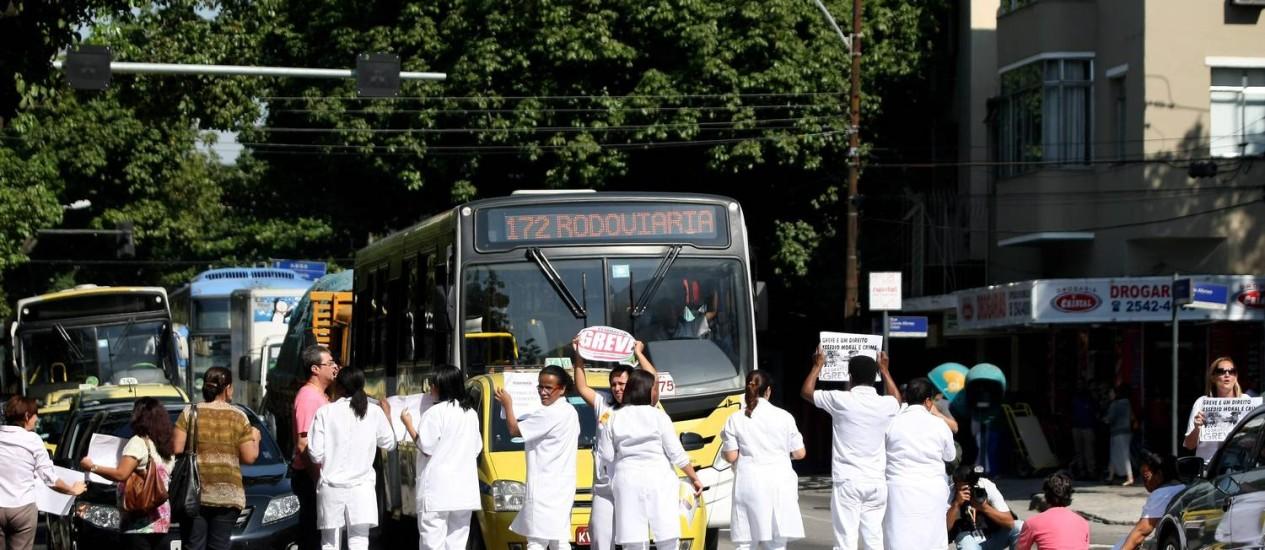Servidores da saúde fazem manifestação em dois hospitais do Rio. Na imagem, funcionários do Hospital da Lagoa pararam o trânsito na Rua Jardim Botânico Foto: Felipe Hanower / O Globo