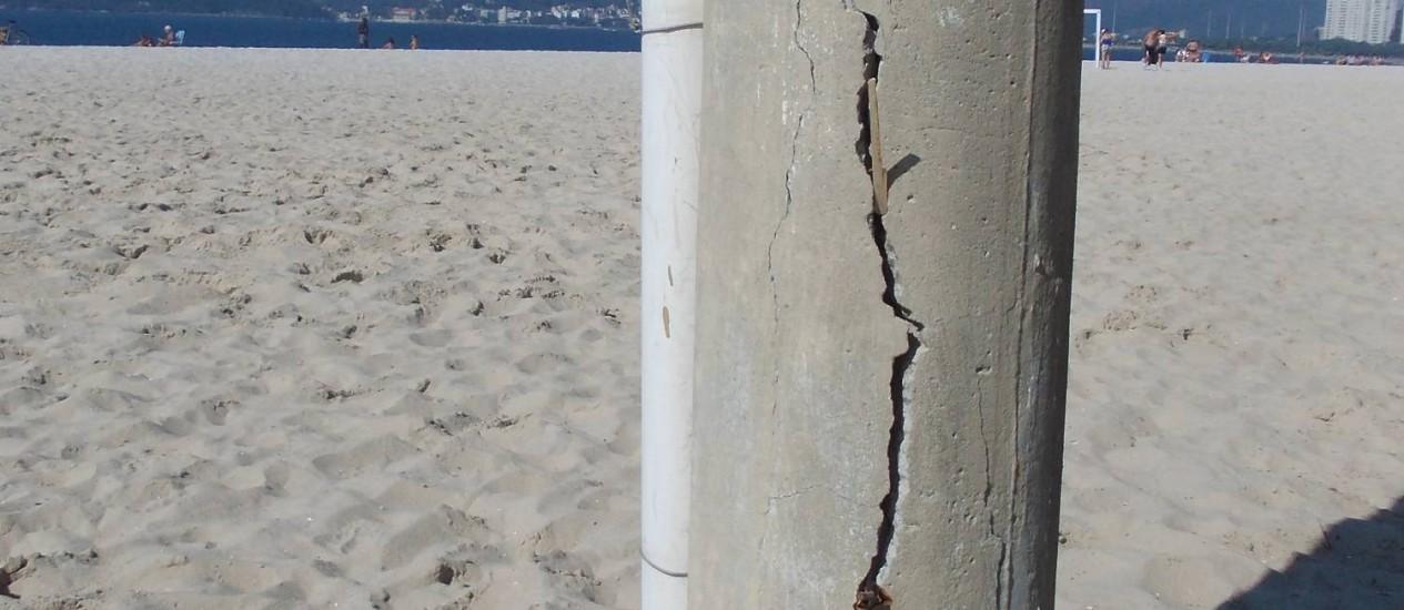 Com rachaduras à mostra, poste aguarda por reparos na Praia do Flamengo Foto: Foto do leitor Edson dos Santos / Eu-Repórter