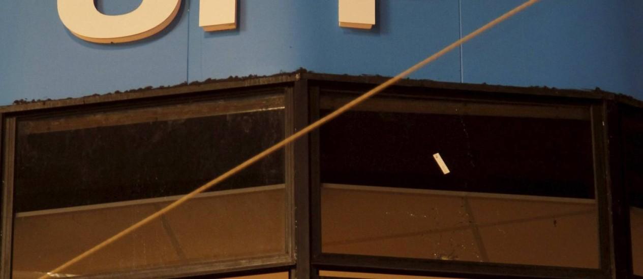 A fachada da sede da UPP de Nova Brasília, no Alemão, com as marcas de tiros disparados por traficantes Foto: Marcelo Carnaval / O Globo