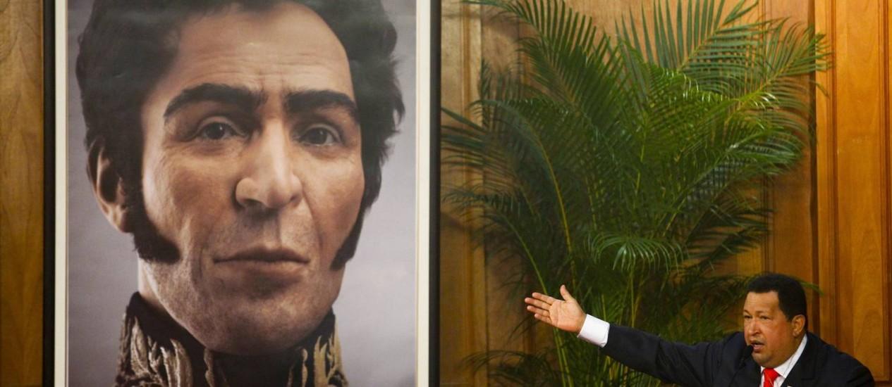 Chávez exibe uma imagem em 3D do rosto de Bolívar Foto: Carlos Garcia/Reuters