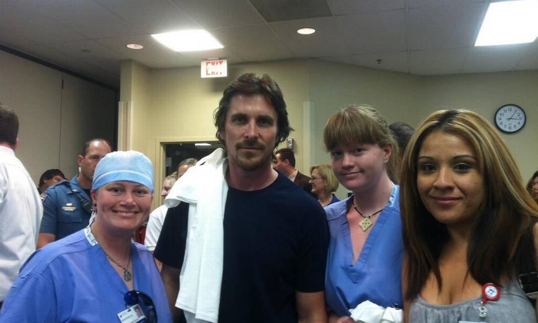 O ator Christian Bale com o quadro médico do Swedish Medical Center, em Denver