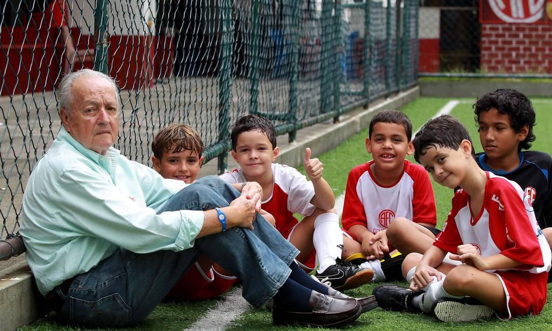 Jorge Vieira com crianças da escolhinha de futebol do América, em dezembro de 2010, no aniversário de 50 anos do último título carioca do América Foto: Fernando Maia (15/12/2010) / Agência O Globo