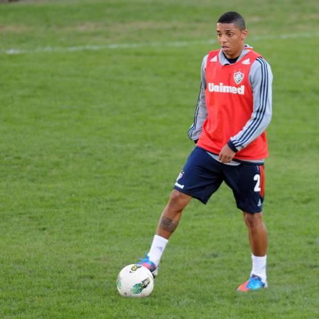 WALLACE DOMINA a bola no treino em Campinas: substituto de Bruno Foto: Photocamera/24-4-2012