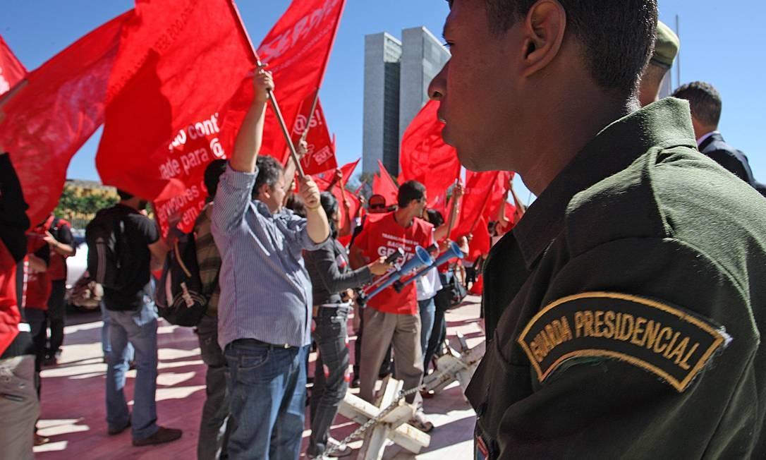 Servidores protestam em frente ao Palácio do Planalto enquanto presidente se preparava para ir a Londres Foto: O Globo / André Coelho