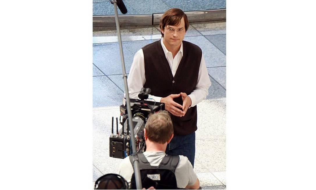 Ashton Kutcher caracterizado como Steve Jobs, o ex-presidente da Apple, falecido em 2011 Foto: Reprodução da internet