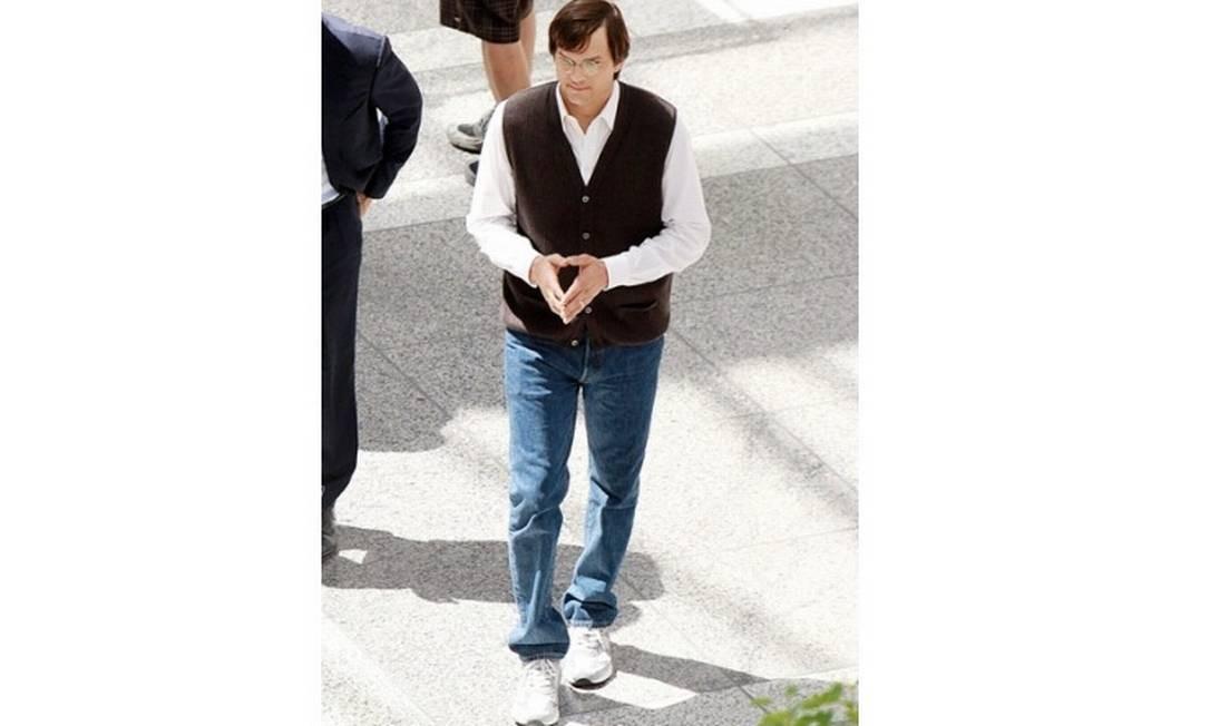 O ator Ashton Kutcher é clicado no set do filme 'Jobs' por alunos da universidade Loyola Marymount, onde o longa está sendo rodado, na Califórnia Foto: Reprodução da web
