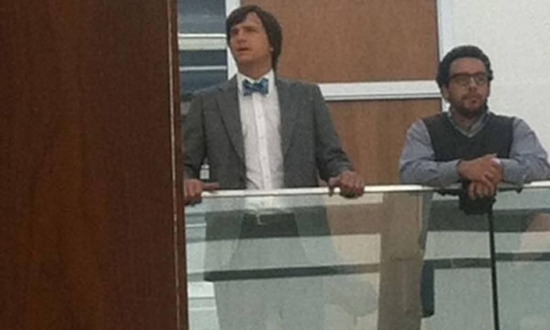 O ator Ashton Kutcher grava cena do filme 'Jobs', na universidade Loyola Marymount, na Califórnia Foto: Reprodução da internet