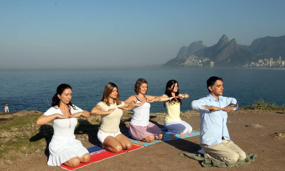 Grupo que faz meditação nas pedras do Arpoador em Ipanema Foto: Guilherme Pinto / Agência O Globo