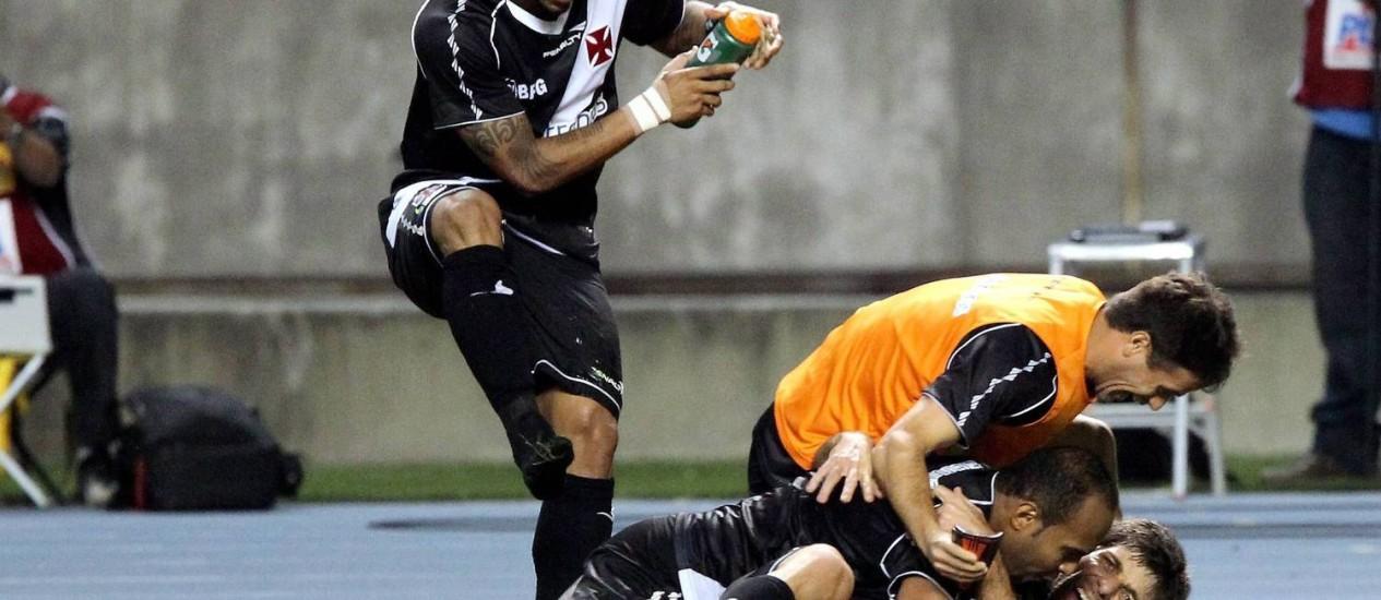 Jogadores do Vasco comemoram o gol da vitória sobre o Vasco Foto: Cezar Loureiro / Agência O Globo