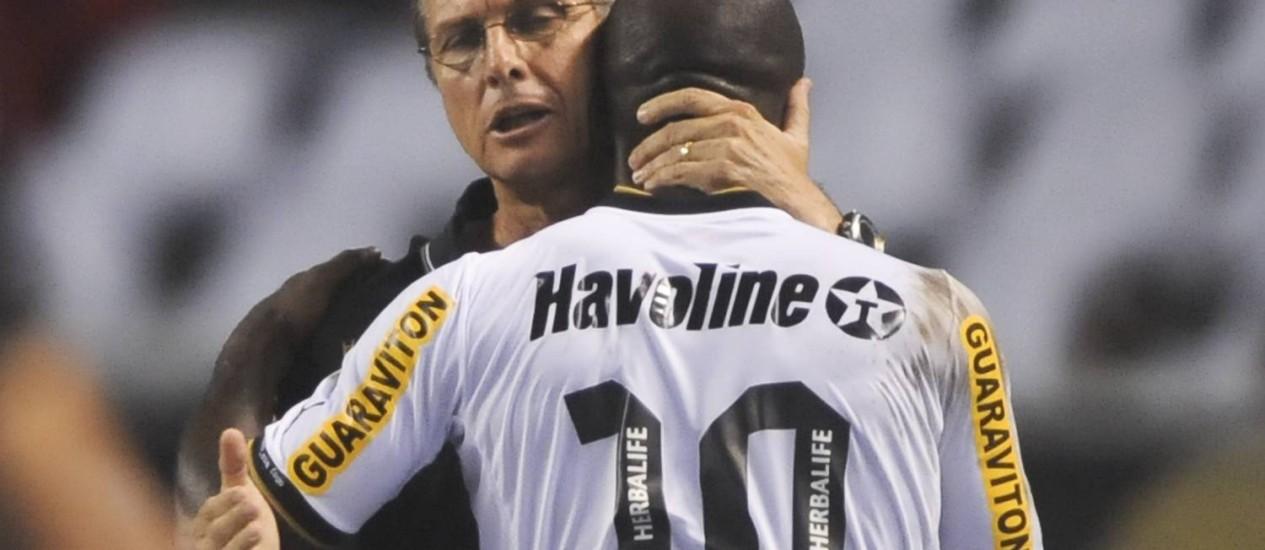 Oswaldo de Oliveira abraça Seedorf após o meia sair de campo contra o Vasco Foto: Antonio Scorza / AFP Photo