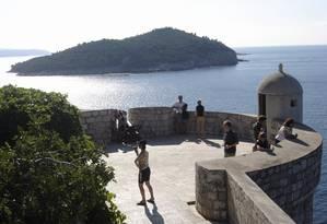 Turistas na muralha de Dubrovnik. Ao fundo, a ilha de Lokrum Foto: Carla Lencastre / O Globo