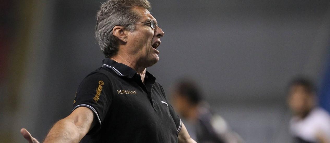 Oswaldo de Oliveira reclama do time na derrota para o Vasco Foto: Jorge William / O Globo