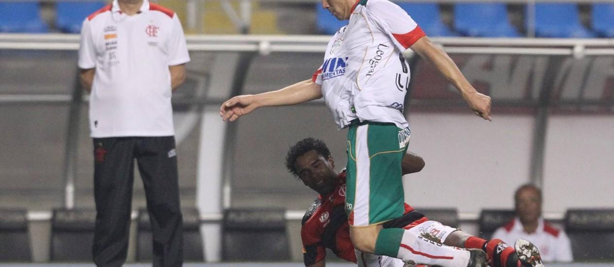 Dorival Júnior observa um lance da partida em que o Flamengo estreou com a Portuguesa no Engenhão Foto: Jorge William / Agência O Globo