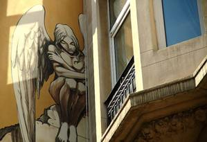 """A obra """"L'Archange"""" do artista belga Yslaire é um dos trabalhos que fazem parte do roteiro de arte de rua e quadrinhos que pode ser visto em Bruxelas. Foto: Eduardo Vessoni / Agência O Globo"""