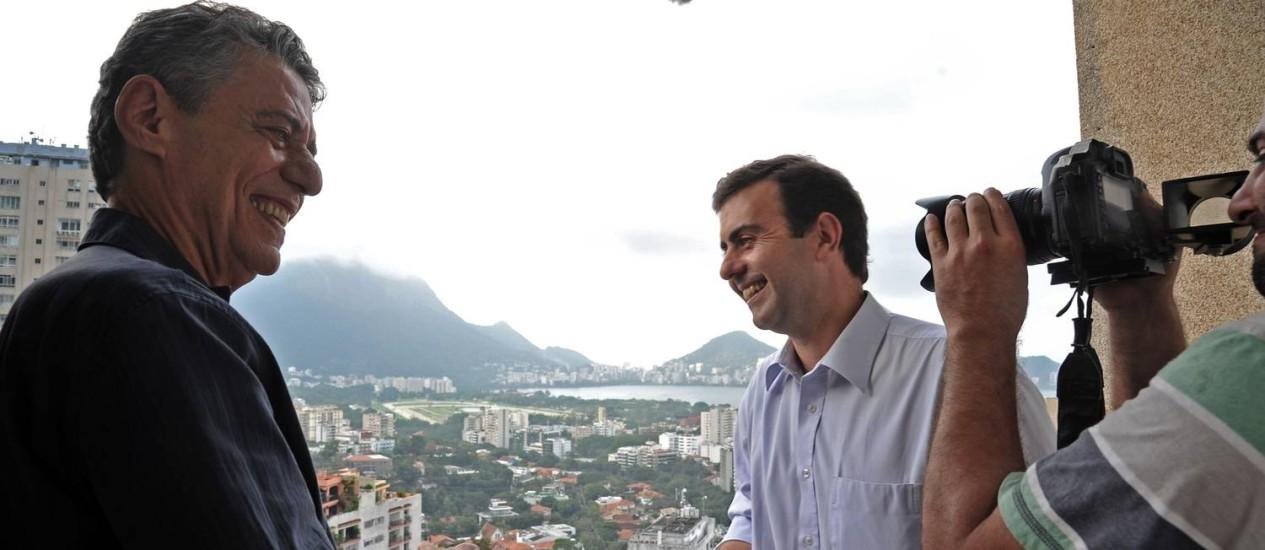 Chico Buarque e o candidato do PSOL, Marcelo Freixo, gravam no apartamento do cantor no Leblon Foto: Divulgação / Adriana Lorete