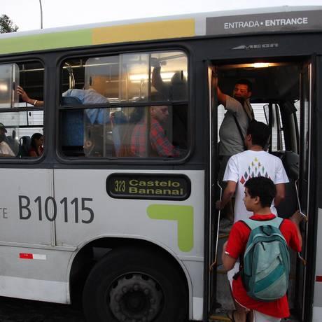 Segundo usuários, os carros da linha 323 estão sempre cheios e costumam enguiçar Foto: Márcio Alves / Agência O Globo